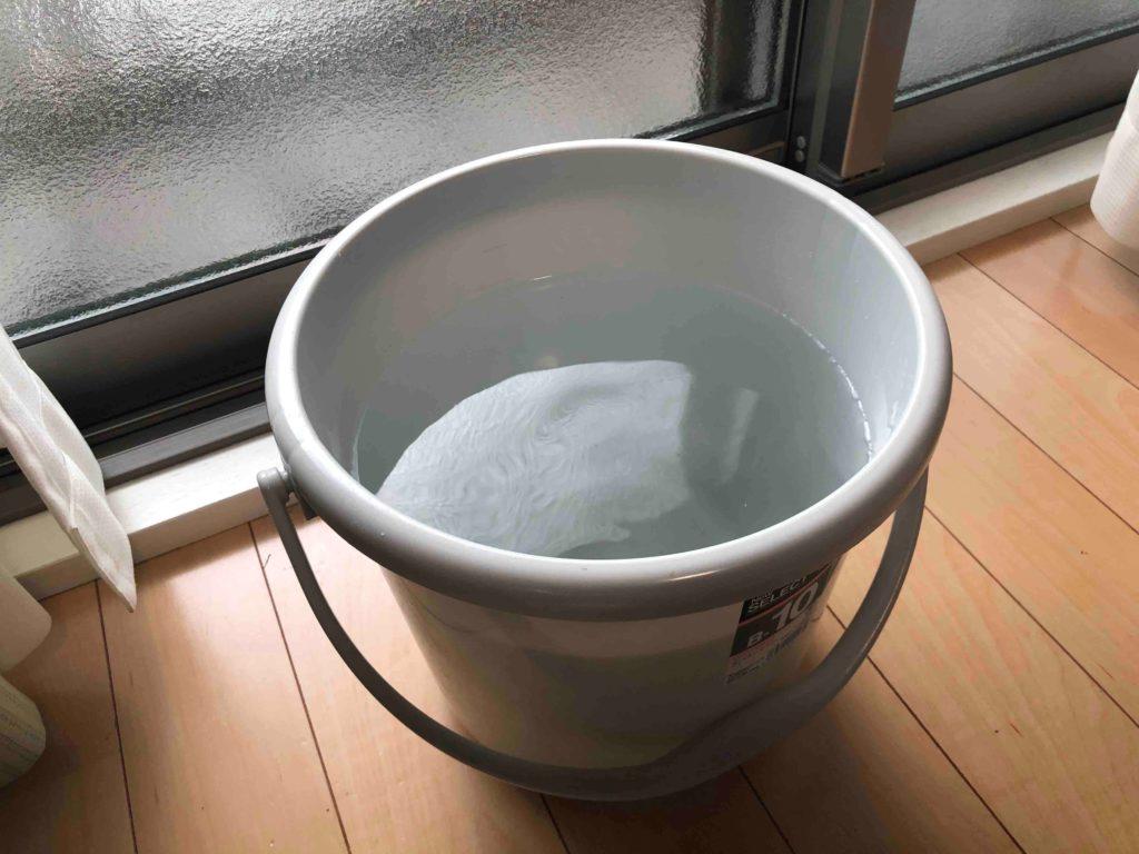 バケツに汲み置きした水