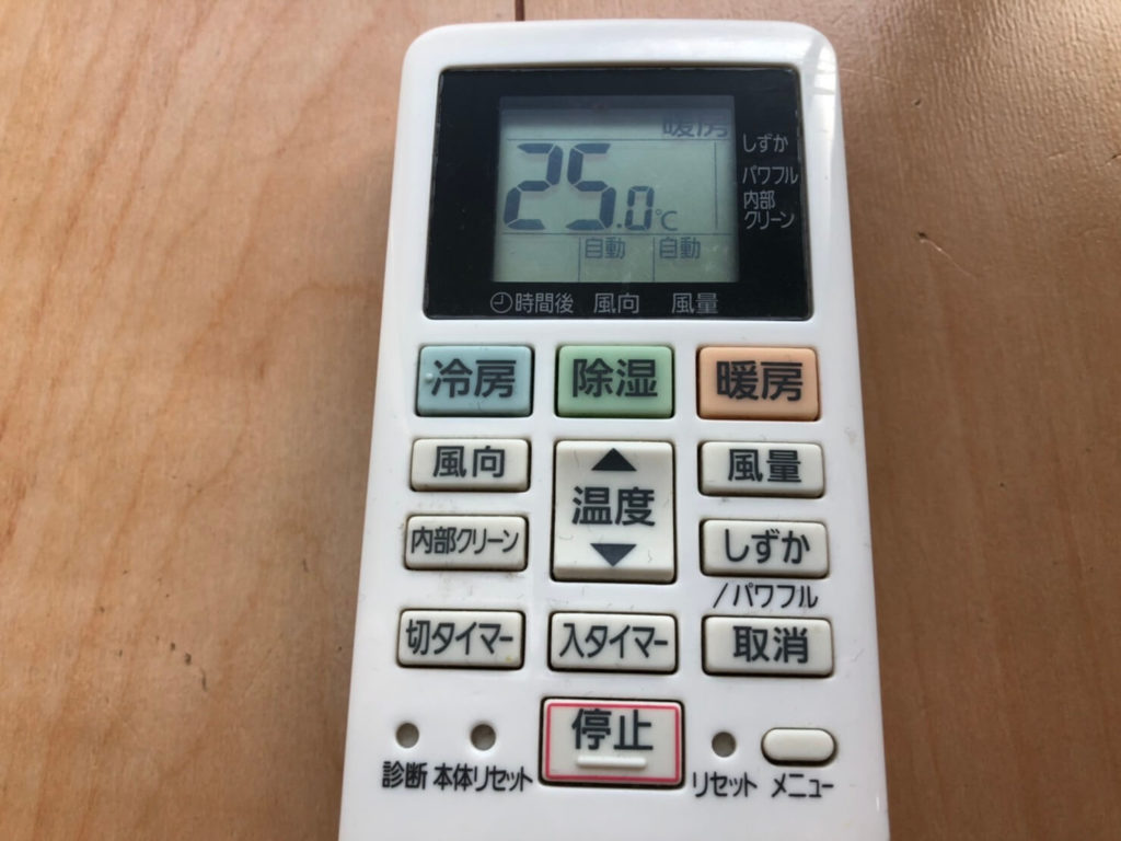 25度設定のエアコンのリモコン
