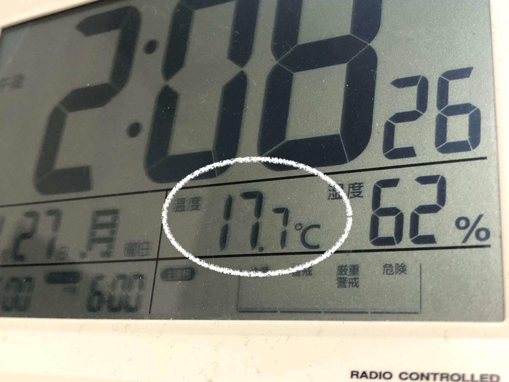 気温17.7度をさす時計