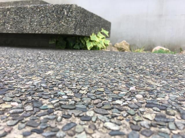 アスファルトの地面
