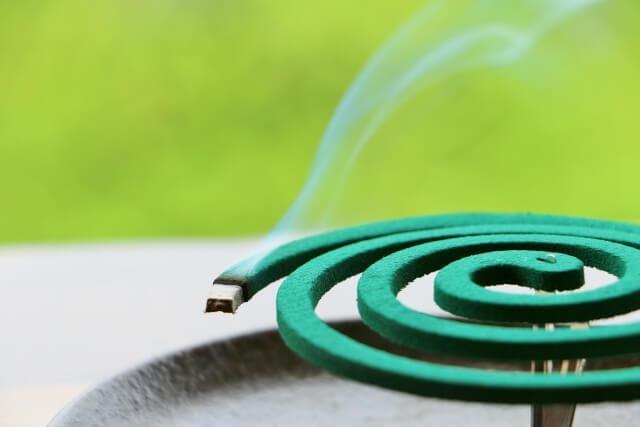 煙を上げている蚊取り線香