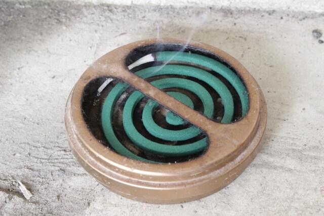 屋外で使用されている蚊取り線香